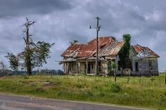 an abandoned house on a Texas highway