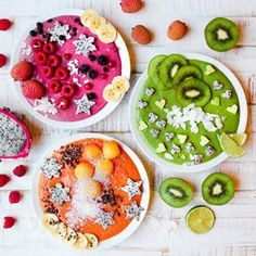 3 smoothies in a row. Which one do you prefer? Pitaya-raspberry with coconut, spinach-ginger with avocado or papaya-persimmon with banana? Tag a friend who loves smoothie bowls   By: @aniahimsa