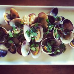 Clams with garlic Clams, Sprouts, Garlic, Tacos, Mexican, Vegetables, Ethnic Recipes, Food, Seashells