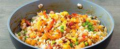 Rýži vařte 10 minut ve vroucí osolené vodě. Na poslední tři minuty k ní vsypte hrášek. Sceďte. Olej rozpalte v hluboké pánvi, přidejte cibuli a... Destiel, Enchiladas, Fried Rice, Fries, Asian, Ethnic Recipes, Food, Fine Dining, Essen
