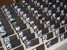Voici des marque-places sympas à confectionner soi-même : (photo: huckleberrykarendesigns.com) Prenez des photos de vous sous différentes poses et grimaces !! Chaque invité pourra alors découvrir l'unique photo que vous lui avez réservée. Les curieux pourront faire «le tour des tables» pour vous découvrir sous vos différents visages !! Il vous suffit d'imprimer chaque photo
