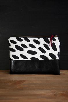 Bei Heimarbeit werden Baumwoll - und Leinenstoffe von Hand bedruckt. So entstehen einzigartige Muster, die jede Tasche zu einem Unikat machen. Ob schwarz auf weiß, oder braun auf beige, jedes...