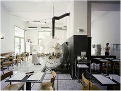 """A vida é uma festa, já dizia Hemingway. E assim também faz o arquiteto austríaco Lukas Galehr na pizzaria """"Disco Volante"""", aberta em Viena. Para tanto, Lukas deu um ar descolado ao fogão à lenha, que mais lembra uma bola de discoteca e, acredite, também gira!  A ideia era trazer os clientes de volta à era """"Italo-Disco"""", dos anos 1970 e 1980."""