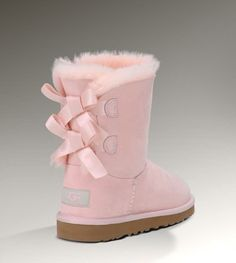 Kids BAILEY BOW light pink uggs. I will own these 😍