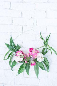 Guirnalda de flores con percha diy : via La Chimenea de las Hadas