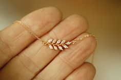 Gold Chain Design, Gold Bangles Design, Gold Earrings Designs, Gold Jewellery Design, Simple Necklace Designs, Gold Jewelry Simple, Stylish Jewelry, Delicate Gold Necklace, Leaf Jewelry