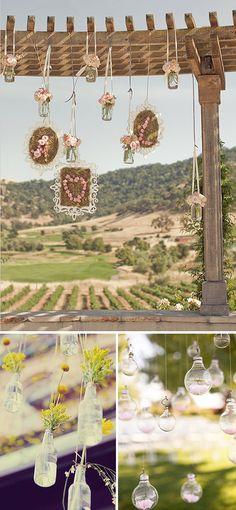 Decoración de bodas con botellas de cristal colgando