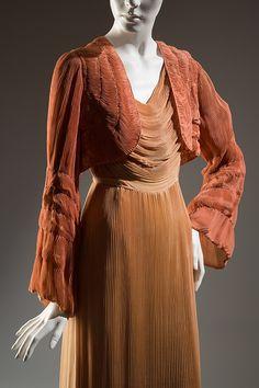 Hélène Yrande negligee ensemble | Coral and peach pleated silk, 1932