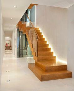 Garde-corps en verre, escalier loft en bois laqué, éclairage dissimulé