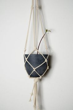 Bring Hippie Chic in your home and put your plants in the spotlight . This macrame planthanger you will succeed in that. It brings the trend in 2015