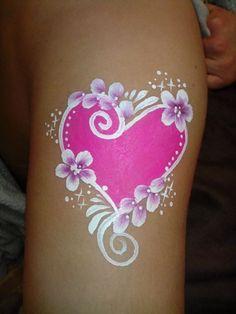 Heart facepaint arm / hart schmink arm gepind door www.hierishetfeest.com