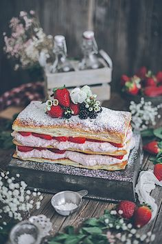 Millefeuille of strawberries and mascarpone. Super Dessert recipe in 20 minutes Millefeuille of strawberries and mascarpone. Super Dessert recipe in 20 minutes Köstliche Desserts, Dessert Recipes, Lidl, Mascarpone Cheese, Le Diner, Love Food, Oreo, Bakery, Sweet Treats