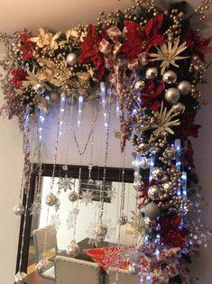 Hermosa novedad navideña Na / Christmas Swags, Large Christmas Baubles, Christmas Mantels, Christmas Door, Holiday Wreaths, Christmas Holidays, Christmas Crafts, Holiday Decor, Christmas Interiors