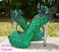 These are the most hideous shoes I've ever seen. Pinner said: super sparkly and fun! Embellished with glitter, Swavorski crystal covered heels, and a black lace bow. These heels are absolutely beautiful! I Love My Shoes, Fancy Shoes, Pretty Shoes, Crazy Shoes, Black Glitter Heels, Glitter Shoes, Silver Glitter, Shoe City, Green High Heels