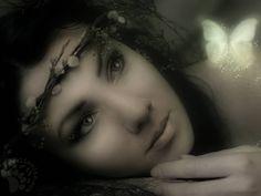 """Letto da Luigi Maria Corsanico un sonetto struggente, che ti entra dentro con un filo di tristezza e di malinconia. """"Mi piace quando taci perchè sei come assente, e mi ascolti da lontano,e la mia voce non ti tocca. Sembra che si siano dileguati i tuoi occhi e che un bacio ti abbia chiuso la bocca. Siccome ogni cosa è piena della mia anima tu emergi dalle cose, piena dell'anima mia. Farfalla di sogno, assomigli alla mia anima, e assomigli [...] #pabloneruda, #poesiarecitata,"""