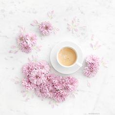 Kaffepaus. Kaffe serveras med lite blommor. Trevlig kväll…