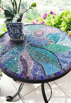 Left with loads of unused mosaic crafts? Make something innovating instead of simply ditching them away with these super-amazing DIY mosaic crafts. Mosaic Birdbath, Mosaic Glass, Glass Art, Stained Glass, Mosaic Mirrors, Sea Glass, Mosaic Crafts, Mosaic Projects, Mosaic Ideas