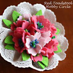 フェルトのお花で作ったブーケ。 それをコサージュにしてみました。 ワイヤーで出来た茎を長めに作っているので、茎でバックの取っ手に固定してバックチャームとして使う事もできます。 メルヘンなコサージュですが、色を変えると雰囲気が変わります。 お好きな色で作ってみてくださいね♪