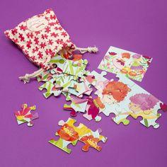 Že puzzle nie je tou hračkou, na ktorú pomyslíte, keď deťom balíte dovolenkový kufor? Ak však prichádza v takomto praktickom vrecúšku, pokojne s ňou môžete rátať. Puzzle od Mudpuppy s motívom víl obsahuje 36 dielikov puzzle a poľahky sa s ním vedia hrať deti od troch rokov. Puzzle, Playing Cards, Riddles, Cards, Puzzles, Jigsaw Puzzles