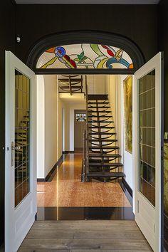 De op maat gemaakte ijzeren trap past precies in de stijl van het voorhuis.