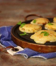 Abacaxi assado com provolone e hortelã, uma receita simples, rápida e deliciosa. Combina com carne vermelha e frango, principalmente no churrasco!