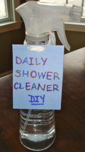 Limpeza de duche DIY:0.68 lde água, 1/2 xícara de água oxigenada, 1/2 xícara de álcool, 2 colheres de chá de lava-louça, 2 colheres de chá de lava-louça de máquina.
