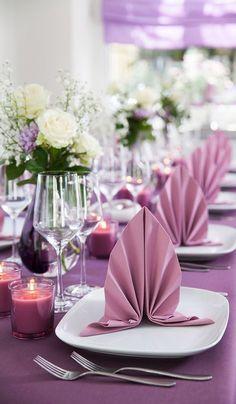 idée pour arrangement de table mariage, pliage de serviette violette originales, bouquets de fleurs blanches