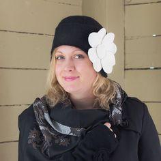 ARNIKKI-malli. Naisellinen, näyttävä ja lämmin talvipäähine. Tuotteessa on ohutvanua ja vuori. Iso huopakukka on vasemmassa sivussa (100%villa) Värivaihtoedot ovat musta-luonnonvalkoinen kukka,  Fuksia-musta kukka. www.peronaldesignhat.fi