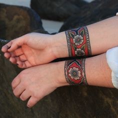 A cuff tattoo, is that something new? I can hear you thinking, but a cuff tattoo actually means no more than a sleeve tattoo. Armband Tattoo, Tattoo Bracelet, Arm Tattoo, Sleeve Tattoos, Ankle Band Tattoo, Samoan Tattoo, Tatto Old, Old Tattoos, Trendy Tattoos