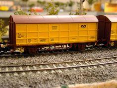 Locomotora CP y vagones cerrados. Escala H0.