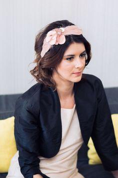 Serre-tête Bégonia – accessoire de coiffure de mariage personnalisable –  fleur de cuir – plumes - Sautoir et Poudrier par SautoirEtPoudrier sur Etsy https://www.etsy.com/fr/listing/220499258/serre-tete-begonia-accessoire-de