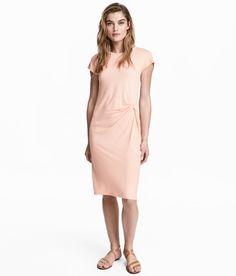Kolla in det här! En kort klänning i mjuk viskostrikå. Klänningen har kort ärm och knut med drapering i midjan. - Besök hm.com för ännu fler favoriter.