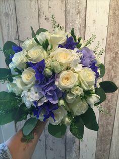 Hvit og blå brudebukett Wedding Flower Guide, Wedding Flowers, Wedding Bouquets, Floral Wreath, Wreaths, Home Decor, Decoration Home, Door Wreaths, Room Decor
