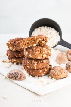 Ontbijtkoekjes van pindakaas, gepofte rijst en havermout - no bake!