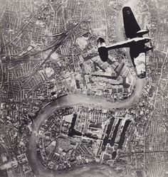 Online veilinghuis Catawiki: Unknown/ Sunday Telegraph - 'Heinkel 111 over Thames', London, Battle of Britain, 1940 London History, Ww2 History, London Bombings, Ww2 Pictures, Military Pictures, Rare Pictures, Rare Photos, Air Fighter, The Blitz