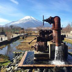 Mt.Fuji...Yamanashi Japan 今日はまだ写真撮ってます()浅草の空が怪しくなってきたので帰ります(笑)写真はお正月頃にiPhoneで撮りました富士山です手前は山中湖の水を水田に汲み上げるために使われていた井戸ポンプらしいです今年は富士山と桜とか撮りたいです...おやすみなさい(.) #山中湖#風景#東京カメラ部#富士山#iPhonegraphy by taka_f40