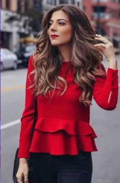 Amazingly Popular Hairstyles And Haircuts This Winter Natural waves with a red top and red lipstick is a fashion win Fashion 2018, Look Fashion, Fashion Beauty, Autumn Fashion, Fashion Outfits, Blazer Fashion, Fashion Women, Red Top Outfit, Red Blouse Outfit