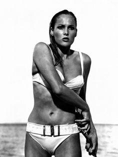 Выход из моря первой экранной девушки Бонда сравнивался с картиной «Рождение Венеры», а знаменитый купальник продали с аукциона за 31000 евро.