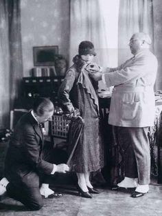 Paul Poiret lors d'un essayage avec son tailleur Christian Boris Lipnitzki. Octobre 1925, Paris. Collection Roger Viollet / Parisienne de la photographie.