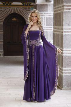 Mina – Abiye Kaftan Mor 207 – Style is art Medieval Gown, Medieval Clothing, Pretty Dresses, Beautiful Dresses, Fantasy Gowns, Renaissance Fashion, Fairy Dress, Dream Dress, Henna