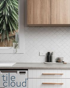 Splash back goals! Kitchen Tops, Glass Kitchen, New Kitchen, Kitchen Splashback Tiles, White Tile Backsplash, Splashbacks For Kitchens, Kitchen Interior, Kitchen Decor, Fish Scale Tile