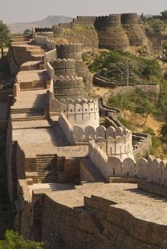 Great Wall of India ~ The Kumbalgarh Fort. This is the largest continuous wall on the whole planet. There are 360 Hindu Temples within the fort complex, along with the Maharaja's Grand Palace, Yet bewilderingly, it is still little known outside of India. Indian Architecture, Ancient Architecture, Taj Mahal, Varanasi, Places To Travel, Places To See, Places Around The World, Around The Worlds, Beautiful World