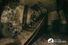 Opuszczona elektrownia w Płocku: Schody na piętro opuszczonej elektrowni, na których stoi eksplorator, czyli ja :-) Miejsce jest bardzo klimatyczne i warto wybrać się tu na kilka fotografii, o ile tylko umiemy nie rzucać się w oczy - obiekt jest chroniony.