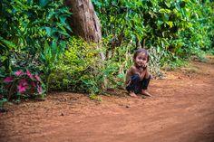 Un enfant sourit sur le bord du chemin au Plateau des #Bolovens au #Laos