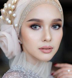 Dress Wedding Hijab Fashion in 2020 Muslimah Wedding Dress, Muslim Wedding Dresses, Muslim Brides, Dress Wedding, Muslim Girls, Muslim Couples, Wedding Hijab, Bridal Makeup Looks, Maquillaje