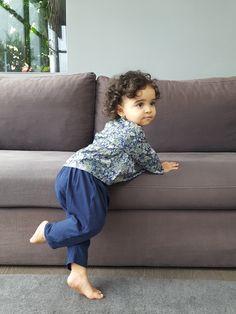 L'intemporel saroual en jersey de coton bio Petit Produit. Ici porté avec une chemise modèle BALI en Liberty Elysian
