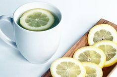 10 redenen waarom je iedere dag citroenwater zou moeten drinken - Water. Vaak hoor je dat je minstens 1,5 tot 2 liter water per dag te drinken om gezond te blijven. Dat is best veel en voor mensen die het drinken van een glas 'gewoon water' al saai vinden, lijkt 2 liter een onmogelijk opgave. Ga daarom voor citroenwater! Het heeft misschien nog wel meer voordelen dan het drinken van alleen water en het heeft ook nog eens een heerlijk frisse smaak!