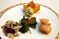 """Antipasto chiamato """"Tavolozza di Piero Querini"""" con baccalà mantecato, baccalà fritto e baccalà """"conso"""", accompagnati da chips di polenta al germe di grano"""