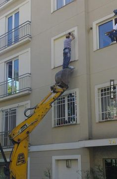 Epic Fails Where Safety is Not a Priority – BemeThat Construction Fails, Construction Safety, Construction Worker, Health And Safety Poster, Safety Posters, Safety Pictures, Funny Pictures, Safety Fail, Darwin Awards