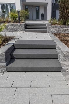 Außentreppe und Hauseingang External stairs and house entrance - ideas from Rinn Backyard Patio, Yard Landscaping, Outside Stairs, External Staircase, Front Yard Design, House Entrance, Entrance Ideas, House Front, Amazing Gardens